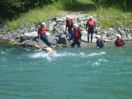 Betriebsausflug-Team-ins-Wasser